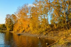 Río de Angara en Listvyanka Foto de archivo