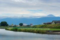 Río de Arakawa con el monte Fuji en Kofu en verano fotos de archivo libres de regalías