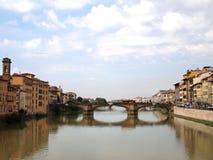 Río de Arno y puente de Grazie del alle de Ponte en Florencia Foto de archivo