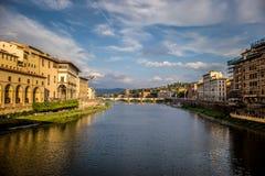 Río de Arno y uno de su puente en Florencia Fotografía de archivo