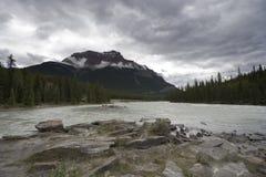 Río de Athabasca con la montaña de la pirámide fotografía de archivo libre de regalías
