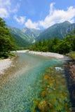 Río de Azusa y montañas de Hotaka en Kamikochi, Nagano, Japón Imagen de archivo libre de regalías