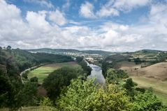 Río de Berounka con la ciudad de Beroun en el fondo en Bohemia central imagen de archivo libre de regalías