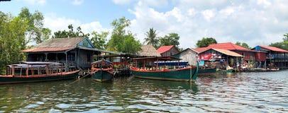 Río de Camboya con las casas fotografía de archivo