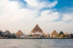 Río de Chao Phraya del templo budista de la orilla Imagen de archivo libre de regalías