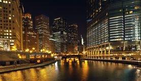 Río de Chicago en la noche fotos de archivo