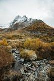 Río de Churchkhur y pico de Ine en el otoño fotos de archivo libres de regalías