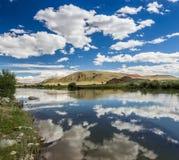 Río de Chuya con las nubes del camino M-52 Foto de archivo