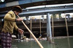 Río de Ciliwung de la limpieza Foto de archivo