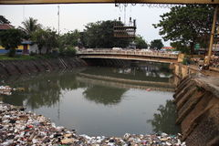 Río de Ciliwung de la limpieza Imagenes de archivo
