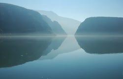 Río de Danubio y la garganta de Cazanele Imagen de archivo