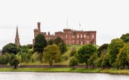 Río de desatención Ness, Escocia del castillo hermoso de Inverness imagenes de archivo