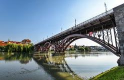 Río de Drava, reflexión del cielo y puente El puente principal a través del río de Drava en Maribor, Eslovenia Imagen de archivo libre de regalías