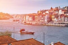 Río de Duoro con el barco y Oporto viejo en el fondo fotografía de archivo libre de regalías