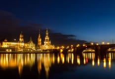 Río de Elbe con la iglesia católica, Dresden, Alemania fotos de archivo