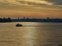 Río de Garona con horizonte de Burdeos en la puesta del sol aquitaine francia fotos de archivo libres de regalías
