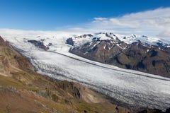 Río de Glacir que va abajo de la montaña del volcán Fotos de archivo libres de regalías