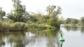 Río de Havel el barco es conducción, pasando por paisaje típico con los prados y los intentos del sauce Región de Havelland alema almacen de metraje de vídeo