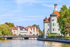 Río de Isar y edificios bávaros del estilo en Landshut Fotos de archivo