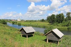 Río de Kamenka en Suzdal antiguo fotos de archivo