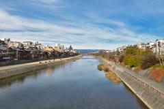 Río de Kamo del puente Kyoto Japón de Shijo Foto de archivo