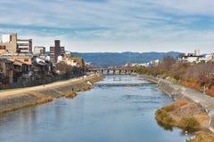 Río de Kamo del puente Kyoto Japón de Shijo imágenes de archivo libres de regalías