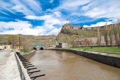Río de Kars con el castillo de Kars foto de archivo