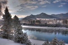 Río de Katun en invierno. Montañas de Altai Imagen de archivo