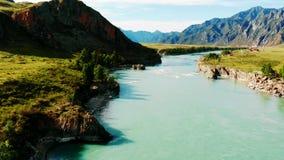 Río de Katun en la república de Altai metrajes