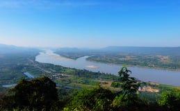 Río de Khong; Frontera natural de Tailandia y de Laos Foto de archivo