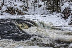 Río de Kitkajoki en paisaje del parque nacional de Korouoma Imagen de archivo libre de regalías