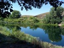 Río de Kumachka cerca de la roca de la orilla Fotos de archivo libres de regalías