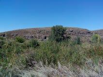 Río de Kumachka cerca de la roca de la orilla foto de archivo