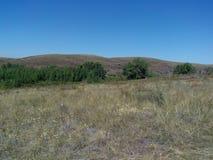 Río de Kumachka cerca del shoreBeach demasiado grande para su edad con las colinas fotos de archivo