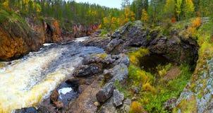 Río de la barranca en otoño Imagen de archivo libre de regalías