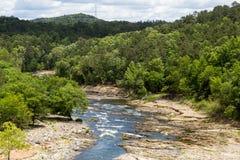 Río de la bifurcación de la montaña Fotos de archivo libres de regalías