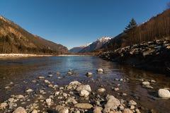 Río de la calma del paisaje del otoño del mediodía en las montañas del Cáucaso con las rocas en el corto plazo Imágenes de archivo libres de regalías