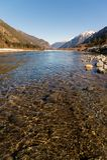 Río de la calma del paisaje del otoño del mediodía en las montañas del Cáucaso con las rocas en el corto plazo Fotos de archivo