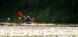 Río de la canoa, luz de la puesta del sol fotos de archivo