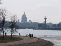 Río de la catedral y de Neva del St. Isaak en St Petersburg Foto de archivo