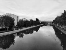 Río de la ciudad imagen de archivo