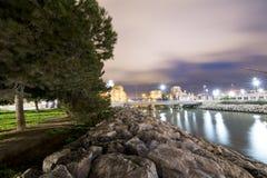 Río de la ciudad con los árboles y las piedras Imagen de archivo libre de regalías