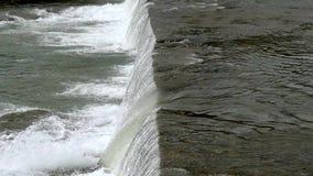 Río de la ciudad con los rápidos Corriente fuerte