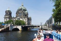 Río de la diversión y catedral de Berlín, en Alemania Foto de archivo libre de regalías