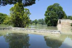 Río de la inundación en las paredes del castillo Foto de archivo