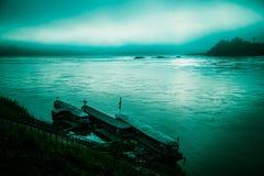 Río de la mañana con niebla y barcos Foto de archivo