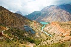 Río de la montaña bajo el cielo nublado Imágenes de archivo libres de regalías