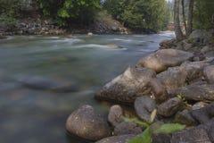 Río de la montaña con la exposición larga Foto de archivo libre de regalías