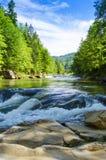 Río de la montaña con la cascada Fotografía de archivo