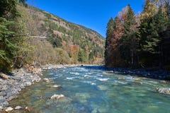 Río de la montaña con las grietas y agua verde Río de Bolshoy Zelenchuk foto de archivo